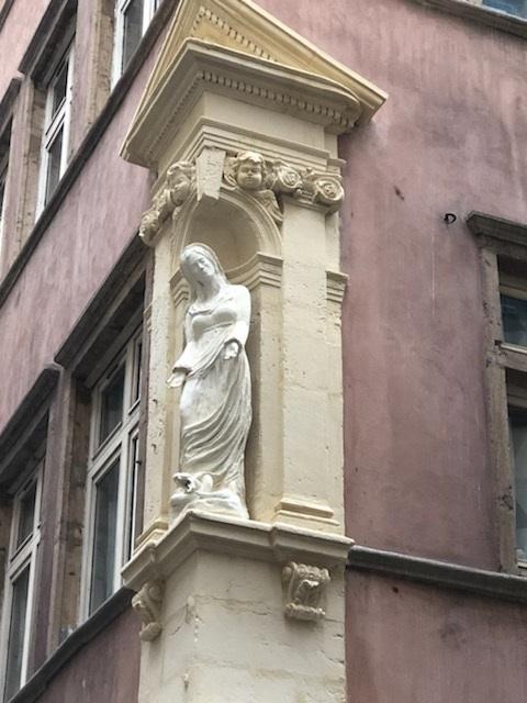 Une nouvelle madone contemporaine dans le 1er arrondissement